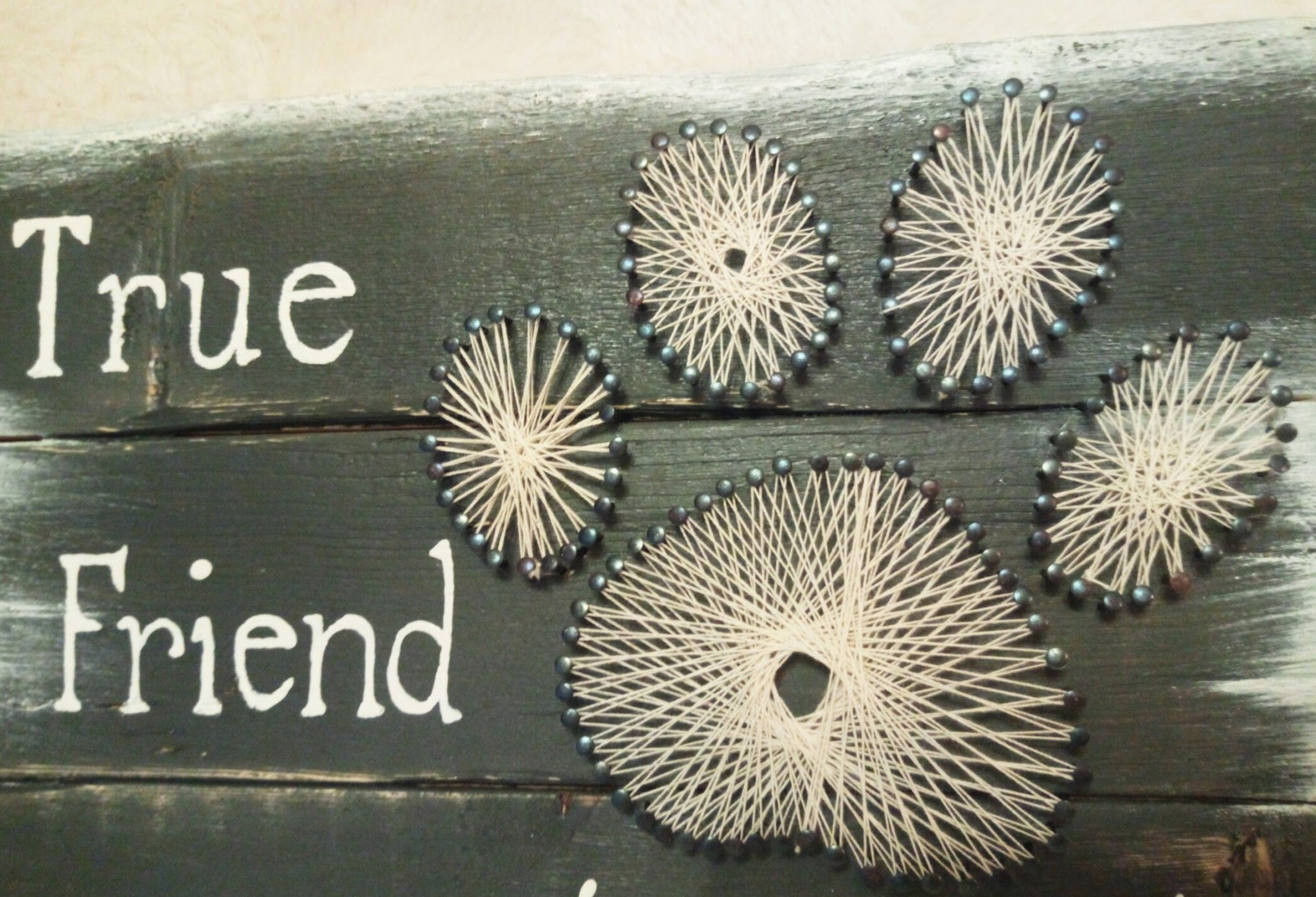 Deco-bordje: A true friend leaves pawprints (string-art)