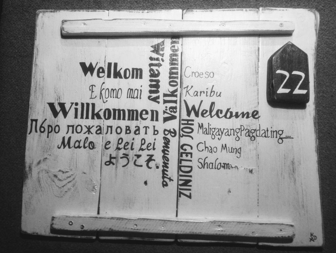 """Deco-bord - Welkom gemaakt van pallethout voorzien van tekst """"Welkom"""" in meerdere talen"""