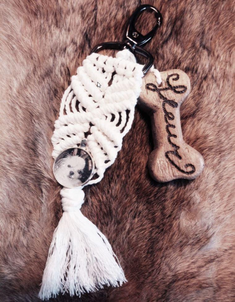 Sleutel of tas-hanger gemaakt van Macramé met afbeelding in medaillon