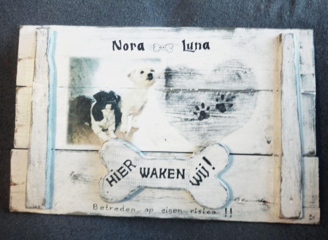 Bord gemaakt van pallethout in landelijke stijl met foto en handgeschilderde details